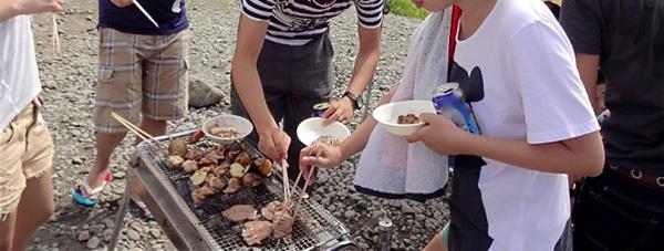 BBQを楽しむ人たちフリー